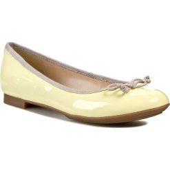 Baleriny CLARKS - Carousel Ride 261069934 Pale Yellow Pat. Żółte baleriny damskie z kokardą Clarks, ze skóry ekologicznej, na obcasie. W wyprzedaży za 179,00 zł.