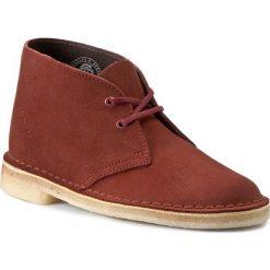 Trzewiki CLARKS - Desert Boot 261142224 Terracotta. Czerwone buty zimowe damskie Clarks, z kauczuku, na obcasie. W wyprzedaży za 259,00 zł.
