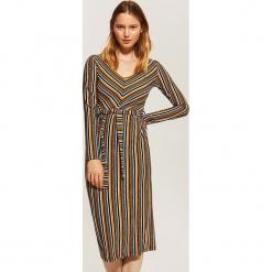 Dopasowana sukienka w paski - Wielobarwn. Szare sukienki marki House, l, w paski, dopasowane. Za 99,99 zł.