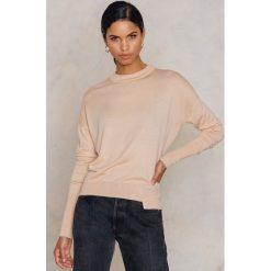 Swetry klasyczne damskie: Filippa K Asymetryczny sweter z drapowaniem – Pink