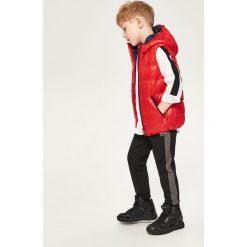 Spodnie dresowe z dzianiny strukturalnej - Czarny. Brązowe dresy chłopięce marki bonprix, melanż, z dresówki. W wyprzedaży za 39,99 zł.