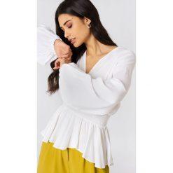 Bluzki asymetryczne: NA-KD Boho Bluzka z bufiastym rękawem - White