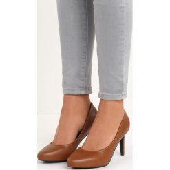 Camelowe Czółenka Adelaide. Brązowe buty ślubne damskie Born2be, z materiału, z otwartym noskiem, na obcasie. Za 59,99 zł.