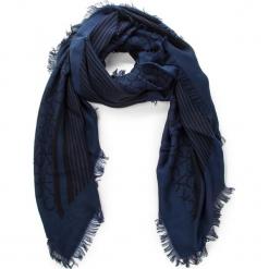 Chusta CALVIN KLEIN - Printed Ck Scarf K60K604704 001. Niebieskie chusty damskie Calvin Klein, z materiału. Za 229,00 zł.