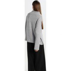 Swetry klasyczne damskie: JUST FEMALE LUCIEN Sweter light grey melange