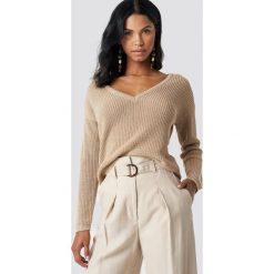 NA-KD Sweter z głębokim dekoltem V - Beige. Brązowe swetry klasyczne damskie NA-KD, dekolt w kształcie v. Za 121,95 zł.