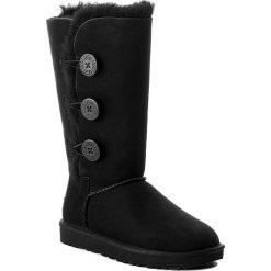 Buty UGG - W Bailey Button Triplet II 1016227 W/Blk. Czarne buty zimowe damskie Ugg, ze skóry, na niskim obcasie. Za 1249,00 zł.