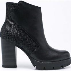 Marco Tozzi - Botki. Czarne buty zimowe damskie marki Marco Tozzi, z materiału, z okrągłym noskiem, na obcasie. W wyprzedaży za 179,90 zł.