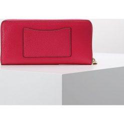 MICHAEL Michael Kors MERCER POCKET Portfel ultra pink. Czerwone portfele damskie marki MICHAEL Michael Kors. Za 629,00 zł.