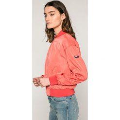 Tommy Jeans - Kurtka. Różowe kurtki damskie Tommy Jeans, m, z elastanu. W wyprzedaży za 399,90 zł.
