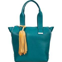 Prostokątna zielona shopperka z chwostem QUIOSQUE. Zielone shopper bag damskie QUIOSQUE, w kolorowe wzory, ze skóry ekologicznej. Za 169,99 zł.
