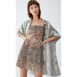 Sukienka w wężowy wzór. Szare sukienki Pull&Bear. Za 69,90 zł.