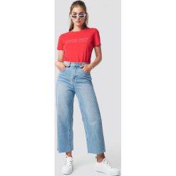 Glamorous Szerokie jeansy - Blue. Różowe spodnie z wysokim stanem marki Glamorous, z nadrukiem, z asymetrycznym kołnierzem, asymetryczne. Za 202,95 zł.