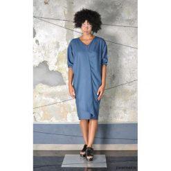 SZALAN - sukienka. Szare sukienki asymetryczne Pakamera, na co dzień, z asymetrycznym kołnierzem, midi. Za 390,00 zł.