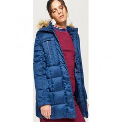 Sportowy płaszcz z kapturem - Granatowy. Niebieskie płaszcze damskie marki Cropp, l, sportowe. W wyprzedaży za 189,99 zł.