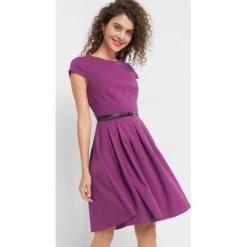 Rozkloszowana sukienka. Fioletowe sukienki mini marki Orsay, do pracy, z elastanu, biznesowe, z krótkim rękawem, rozkloszowane. Za 139,99 zł.