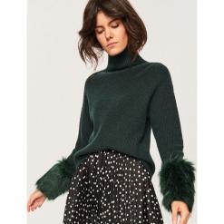 Sweter z futrzanym wykończeniem - Zielony. Zielone swetry klasyczne damskie Reserved, l, z futra. Za 139,99 zł.