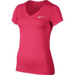 KOSZULKA W NK TOP VCTY BSLYR VNECK. Białe bluzki z odkrytymi ramionami marki Nike, z elastanu. Za 56,99 zł.
