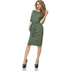 Zielona Sukienka Kimonowa Midi z Paskiem. Białe sukienki balowe marki BIALCON, na imprezę, w koronkowe wzory, z koronki, z kopertowym dekoltem, midi, kopertowe. Za 149,90 zł.