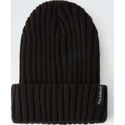 Czarna czapka z cienkiej dzianiny. Czarne czapki męskie Pull&Bear, z dzianiny. Za 49,90 zł.