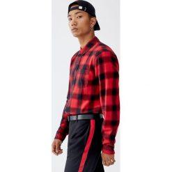 Patchworkowa koszula w kratkę. Czerwone koszule męskie w kratę marki Pull&Bear, m. Za 89,90 zł.