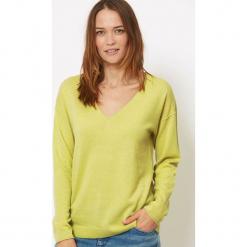 Sweter kaszmirowy w kolorze żółto-zielonym. Zielone swetry klasyczne damskie marki Ateliers de la Maille, z kaszmiru. W wyprzedaży za 409,95 zł.