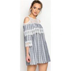 Granatowa Sukienka Wild Hills. Niebieskie sukienki koronkowe marki Reserved, z odkrytymi ramionami. Za 99,99 zł.