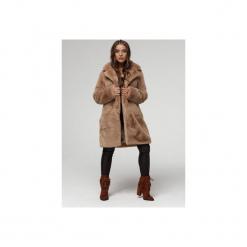 Płaszcz ze sztucznego futerka- dyplomatka kamel. Czerwone płaszcze damskie zimowe marki Cropp, l. Za 799,00 zł.