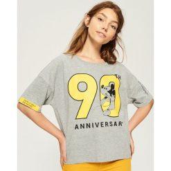 T-shirt Mickey Mouse - Jasny szar. Czerwone t-shirty damskie marki Sinsay, l, z nadrukiem. Za 29,99 zł.