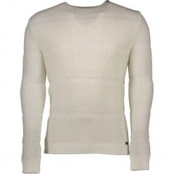 Sweter w kolorze biało-szarym. Białe swetry klasyczne męskie marki Guess, l, z okrągłym kołnierzem. W wyprzedaży za 329,95 zł.