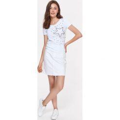T-SHIRT DAMSKI Z OZDOBNYMI KORALIKAMI. Szare t-shirty damskie marki Top Secret, w ażurowe wzory. Za 34,99 zł.