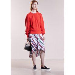 DESIGNERS REMIX MARLON TWIST Sweter neon red. Białe swetry klasyczne damskie marki DESIGNERS REMIX, z elastanu, polo. W wyprzedaży za 359,60 zł.
