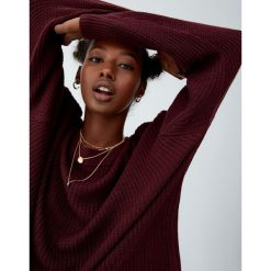 Sweter wykonany kwadratowym ściegiem. Czarne swetry klasyczne damskie Pull&Bear, z kwadratowym dekoltem. Za 69,90 zł.