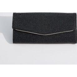 Portfel ze strukturalną powierzchnią - Czarny. Czarne portfele damskie Mohito. Za 59,99 zł.