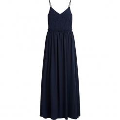 Sukienka maxi w kolorze granatowym. Niebieskie długie sukienki marki Vila & Co., w koronkowe wzory, z koronki, z okrągłym kołnierzem, rozkloszowane. W wyprzedaży za 152,95 zł.