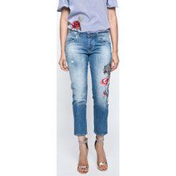 Guess Jeans - Jeansy Vanille. Niebieskie jeansy damskie rurki marki Guess Jeans, z aplikacjami, z bawełny. W wyprzedaży za 449,90 zł.