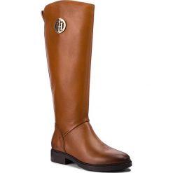 Oficerki TOMMY HILFIGER - Basic Th Riding Boot FW0FW03433 Cognac 606. Brązowe buty zimowe damskie marki Kazar, ze skóry, przed kolano, na wysokim obcasie. Za 999,00 zł.