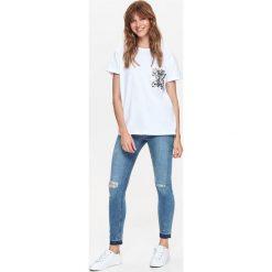 BIAŁY T-SHIRT Z CEKINOWĄ KIESZENIĄ. Białe t-shirty damskie Top Secret. Za 39,99 zł.
