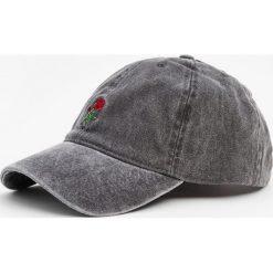Różowa czapka z haftem. Szare czapki damskie Pull&Bear, z haftami. Za 49,90 zł.
