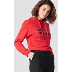 Emilie Briting x NA-KD Bluza z kapturem Stand Up - Red. Czerwone bluzy rozpinane damskie Emilie Briting x NA-KD, z nadrukiem, z długim rękawem, długie, z kapturem. Za 161,95 zł.