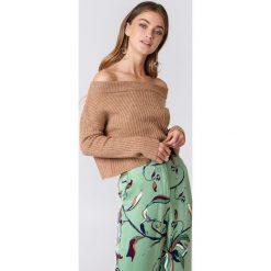 NA-KD Sweter w prążki z odkrytymi ramionami - Pink. Różowe swetry klasyczne damskie NA-KD, z dzianiny. W wyprzedaży za 70,98 zł.