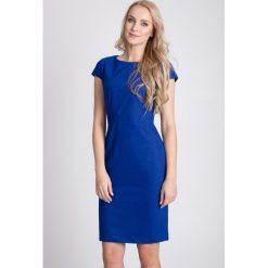 Kobaltowa taliowana sukienka QUIOSQUE. Niebieskie sukienki balowe QUIOSQUE, na sylwestra, z tkaniny, z kopertowym dekoltem, z krótkim rękawem, mini, dopasowane. W wyprzedaży za 139,99 zł.