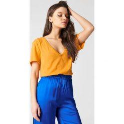 NA-KD Basic T-shirt z dekoltem V - Orange. Pomarańczowe t-shirty damskie marki NA-KD Basic, z bawełny. W wyprzedaży za 16,38 zł.