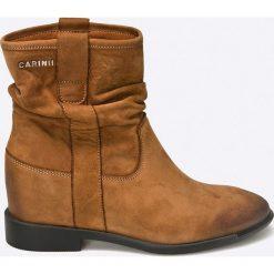 Carinii - Botki. Brązowe buty zimowe damskie Carinii, z materiału, z okrągłym noskiem, na koturnie. W wyprzedaży za 199,90 zł.