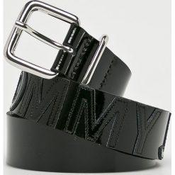 Tommy Jeans - Pasek. Czarne paski damskie marki Tommy Jeans, w paski, z jeansu. Za 229,90 zł.