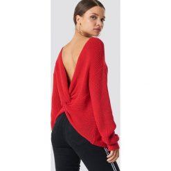 NA-KD Trend Sweter z węzłem na plecach - Red. Białe swetry klasyczne damskie marki NA-KD Trend, z nadrukiem, z jersey, z okrągłym kołnierzem. Za 141,95 zł.