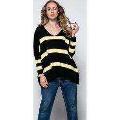 Paski damskie: Czarny Oversizowy Sweter w Paski z Dekoltem w Szpic