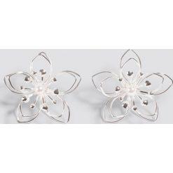 Kolczyki damskie: NA-KD Accessories Kolczyki Wire Blossom – Silver