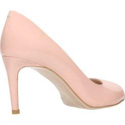 Czółenka OLIVIA. Czerwone buty ślubne damskie Gino Rossi, z lakierowanej skóry, na wysokim obcasie, na szpilce. Za 199,90 zł.