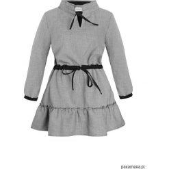 Sukienka w drobną kratę z falbankami. Czarne sukienki dzianinowe Pakamera, w kratkę, z falbankami, midi. Za 399,00 zł.